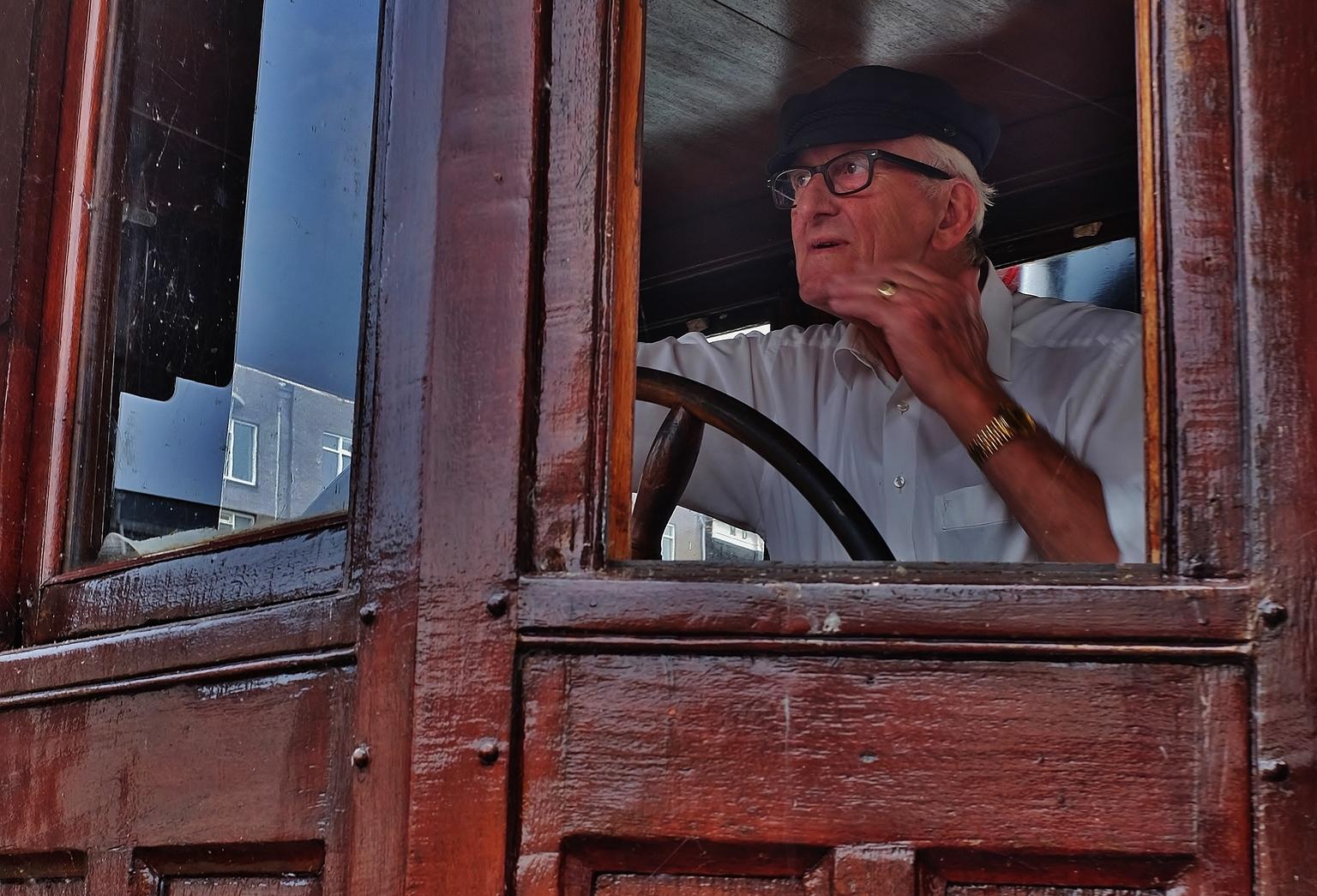 Schipper Willem... - ... van de sleepboot Willem/ Marie vaart de haven uit. - foto door f.arts1 op 09-04-2021 - locatie: Wolwevershaven, 3311 Dordrecht, Nederland - deze foto bevat: bril, kin, kijk maar, hout, staand, oogzorg, heeft, door, brillen, home door