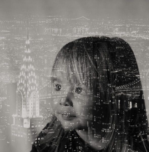 """Portret  - Deze foto heb ik """"geleerd"""" uit één van de Zoom Magazines. Ik vind het leuk om te experimenteren in photoshop. Maar meestal maak ik natuurlijke foto's - foto door marijkejongstra op 10-04-2021 - locatie: 8754 Makkum, Nederland - deze foto bevat: oog, water, venster, flitsfotografie, zwart en wit, kunst, tinten en schakeringen, ruimte, monochrome fotografie, monochroom"""