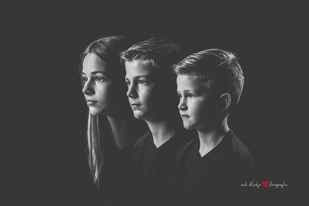 Drie op een rij - Een foto van mijn 3 kinderen. Leuk om te zien dat ze toch wel op elkaar lijken! - foto door l.a.nijboer op 13-04-2021 - locatie: Harderwijk, Nederland - deze foto bevat: zwart wit, kinderen, portret, 3 op een rij, familieportret, kinderfotografie, photoshop, kapsel, flitsfotografie, gebaar, film, lettertype, vermaak, mode ontwerp, monochrome fotografie, evenement, muziek