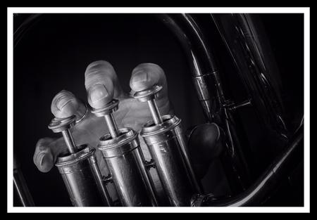 Tuba - Tuba speler - foto door Serenellini op 08-04-2021 - deze foto bevat: vloeistof, automotive verlichting, drinkwaren, plastic fles, lettertype, geluidsapparatuur, gas, glazen fles, auto onderdeel, glas