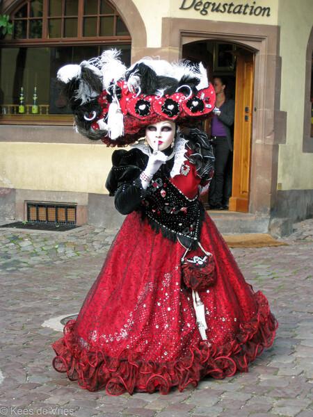 Elzas 2012 - Venetiaanse Parade in Riquewihr in de Elzas - foto door KdV59 op 05-05-2021 - locatie: 68340 Riquewihr, Frankrijk - deze foto bevat: vermaak, jurk, door, japon, mode ontwerp, straatmode, uitvoerende kunst, hoofddeksel, formele kleding, kostuumontwerp
