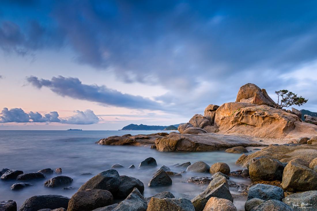 Sardinie, Costa Rei - Zonsopkomt Costa Rei - foto door ineke_zoom op 17-04-2021 - locatie: Sardinië, Italië - deze foto bevat: lange sluitertijd, landschap, italie, sardinië, zonsopkomst, rotsen, blauw, costa rei, zee, wolk, lucht, water, watervoorraden, natuurlijk landschap, kust- en oceanische landvormen, zonlicht, bodem, waterloop, grond