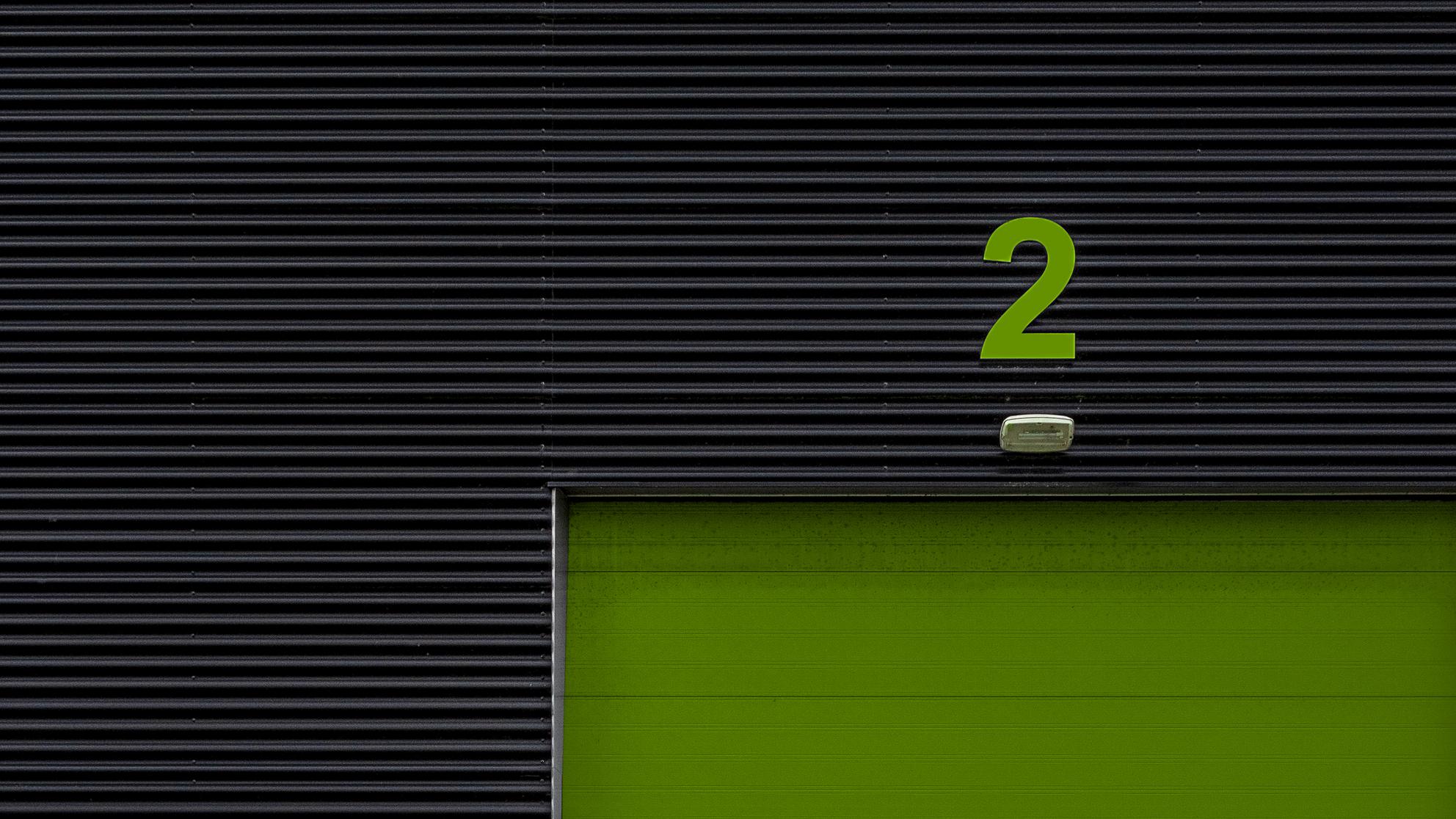 TWEE - . - foto door Oorlogskind op 08-04-2021 - locatie: De Haar 11, 9405 TE Assen, Nederland - deze foto bevat: rechthoek, lettertype, tinten en schakeringen, patroon, parallel, cirkel, symbool, logo, aantal, hout