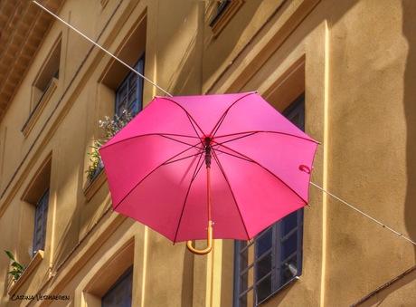 Onder moeders paraplu.