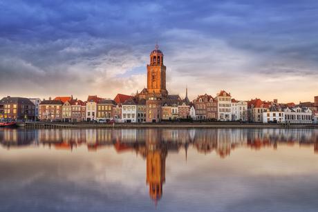 Aangezicht van Deventer in pasteltinten met reflectie.