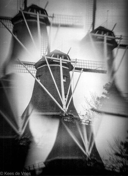 Molen in Santpoort - Molen in Santpoort - foto door KdV59 op 05-05-2021 - locatie: 2071 Santpoort-Noord, Nederland - deze foto bevat: flitsfotografie, zwart en wit, grijs, stijl, tinten en schakeringen, driehoek, kunst, duisternis, ruimte, monochrome fotografie