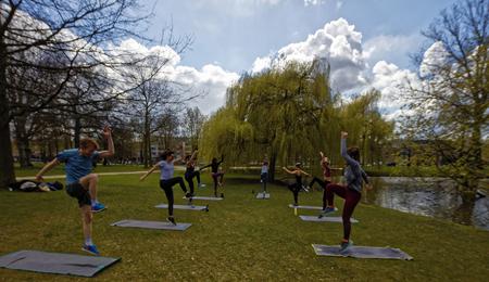 Fitness - In deze tijd van emancipatie moet de man hoger springen dan de vrouw. - foto door dutchal op 13-04-2021 - locatie: Westerpark, Amsterdam, Nederland - deze foto bevat: wolk, fabriek, lucht, yoga broek, actieve broek, water, boom, gras, oefening, vrije tijd