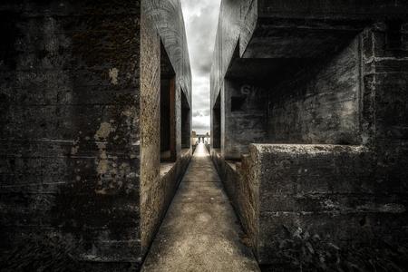 Bunker 599 - De doorgezaagde bunker, ook bekend als Bunker 599 en Groepsschuilplaats 599, is een openbare attractie voor bezoekers van de Diefdijklinie (onderdeel - foto door stevendijk3 op 15-04-2021 - locatie: Culemborg, Nederland - deze foto bevat: architectuur, bunker, ww2, tweede wereldoorlog, flitsfotografie, hout, tinten en schakeringen, steeg, weg, water, stad, symmetrie, duisternis, monochrome fotografie