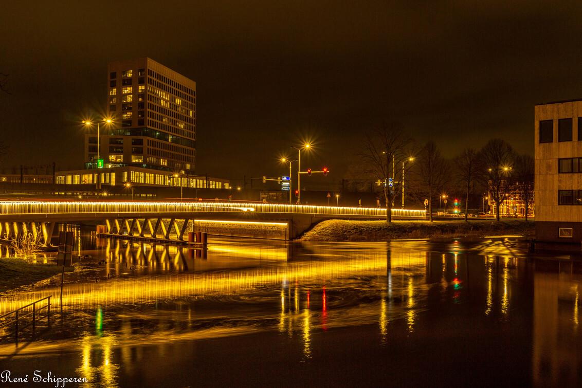 Koning Willem-Alexanderbrug - Zicht op Koning Willem-Alexanderbrug en Gerechtsgebouw in Breda. - foto door 12rene- op 25-02-2021 - deze foto bevat: architectuur, reflectie, brug, nacht