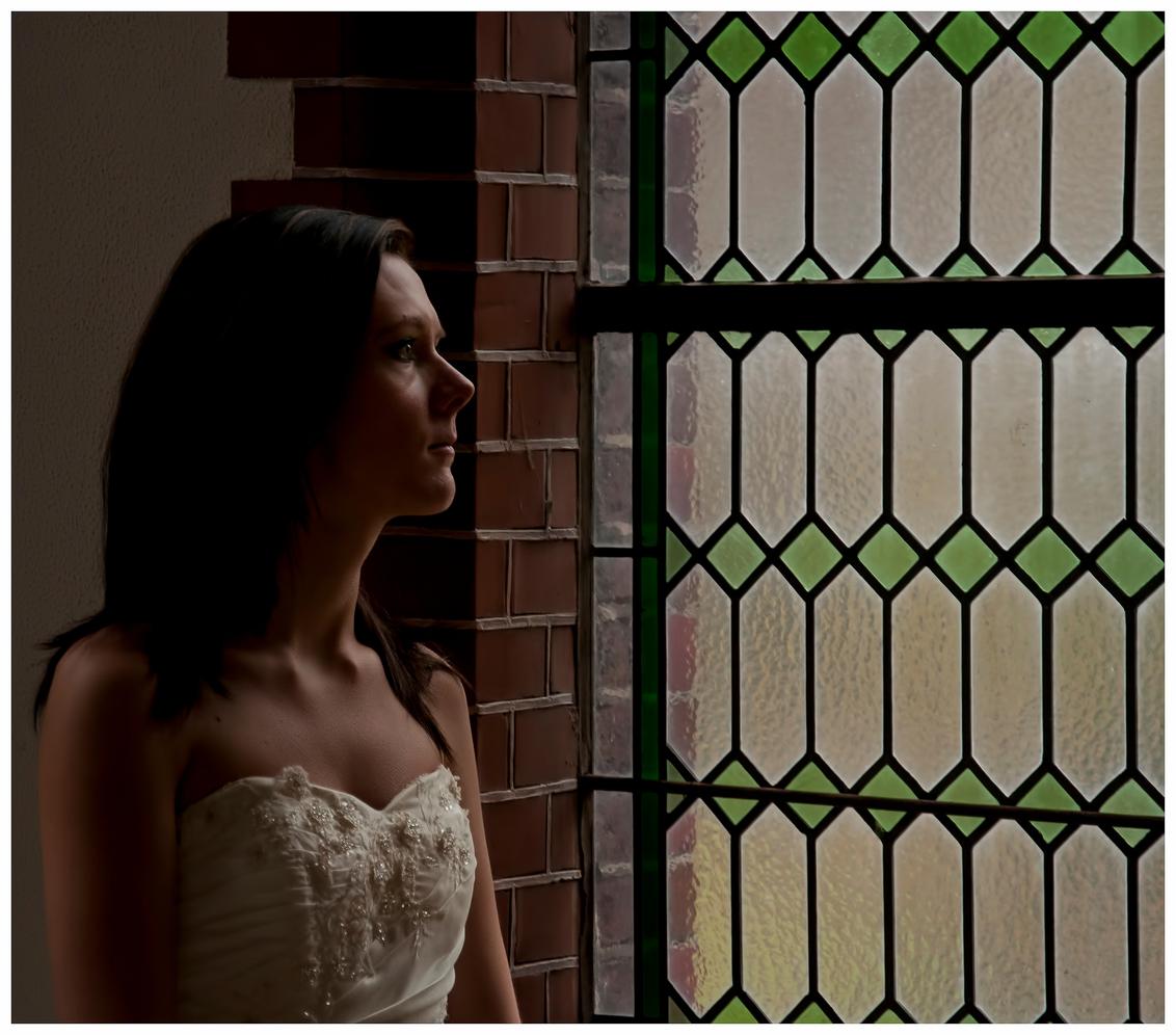 De ongelukkige bruid - Foto geschoten in een oud klooster. Voor mij de eerste keer met een model. Alleen natuurlijk licht gebruikt. - foto door wido-foto op 03-12-2013 - deze foto bevat: trouwen, licht, portret, model, raam, meisje, mooi, bruid, klooster, urbex