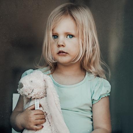 kleine meid met knuffel