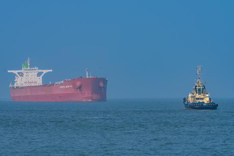 Sleper op weg naar bulkcarrier