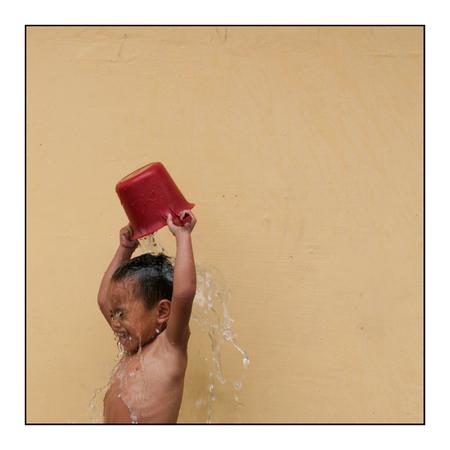 Waterpret - Waterpret in het regenseizoen. Tja het is dan nog steeds 35 graden! - foto door lokkjja op 06-08-2009 - deze foto bevat: kleur, water, vakantie, schaduw, kind, jong, pret, manilla, fillipijnen