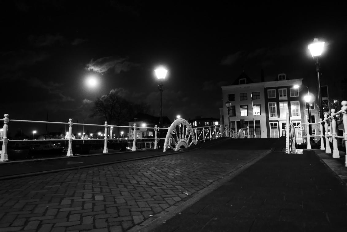 """Middelburg - Volle Maan - Volle maan in Middelbrug, Zeeland. Genomen aan de """"spijkerbrug"""". - foto door Krulkoos op 28-02-2020 - deze foto bevat: old, avond, stad, maan, zeeland, nacht, holland, zwartwit, nachtfotografie, city, straatfotografie, dutch, middelburg, blackandwhite, zwartenwit, leica, hollandia, historic, zwartwitfotografie, Black and white, volle maan, maurice weststrate, lx100, thisismiddelburg, historic centre, old_city"""