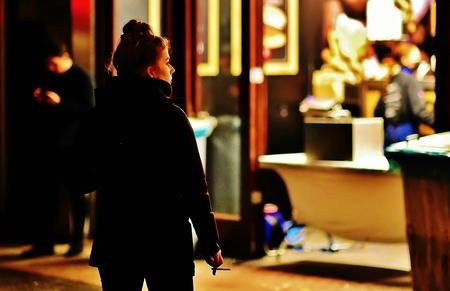 Wachten..... - .....bij Bram Ladage op haar bestelling voor de avondklok. - foto door f.arts1 op 07-04-2021 - locatie: Bagijnhof, 3311 NP Dordrecht, Nederland - deze foto bevat: mode, mens, staand, pret, bagage en tassen, straatmode, stad, evenement, voetganger, straat