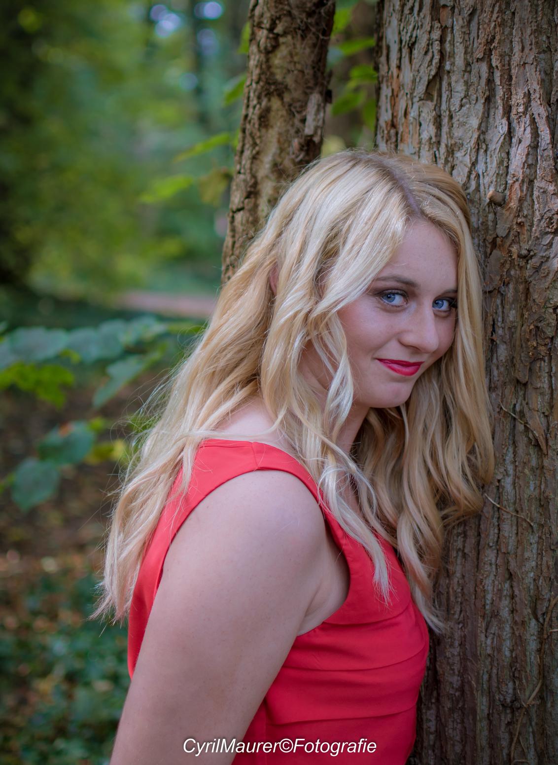 Anouk in love wtih the tree - Model : Anouk Janssen Mauh : Shannen Trines Fotograaf : Cyril Maurer - foto door sipmaurer op 03-11-2016 - deze foto bevat: vrouw, licht, portret, schaduw, model, daglicht, ogen, haar, beauty, blond, mode, 35mm