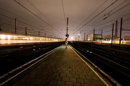 Verdwijnpunt - Treinen rijden Brussel Zuid in en uit. Langs perron 11. - foto door eachat op 16-03-2015 - deze foto bevat: station, spoor, avond, trein, lijnen, stad, perspectief, urban, belgie, lijn, brussel, perron, nacht fotografie, brussel zuid