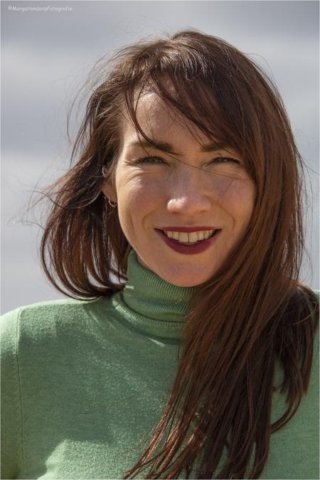 sunshine - Goedlachse dame voor de camera, klaar voor de buiten portret shoot ! - foto door hondorp op 14-04-2021 - deze foto bevat: #portret, #lach, #buiten, #zon, #buitenportretshoot, #wind, #haar, #canon, neus, glimlach, huid, lip, wenkbrauw, wimper, kaak, flitsfotografie, nek, gelukkig