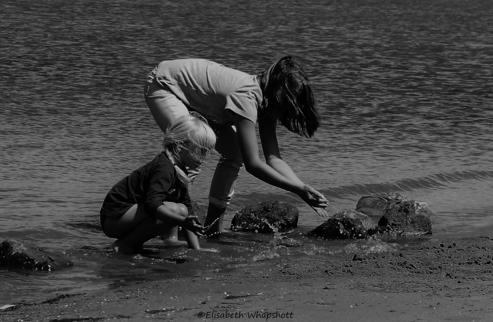 Caught up in innocence - - - foto door lisaliz80 op 26-09-2016 - deze foto bevat: water, gezelligheid, spelen, liefde, zomer, kind, lachen, meisje, plezier, warm, family, spetters, tiener, kleuter, zwart-wit - Deze foto mag gebruikt worden in een Zoom.nl publicatie