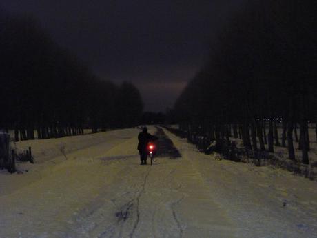 Fietsen in de winter in de nacht