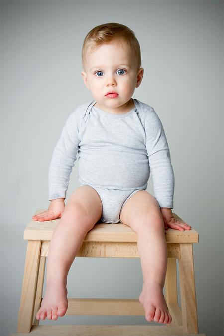 Bing in de studio - Mijn zoontje van 15 maanden kroop na een shoot ook even de studio in. Toch keek hij een beetje verveeld... - foto door hugo81 op 26-04-2011 - deze foto bevat: kinderen, canon, baby, jongen, zoon, studio, 7d, elinchrom, 17-55, Bing