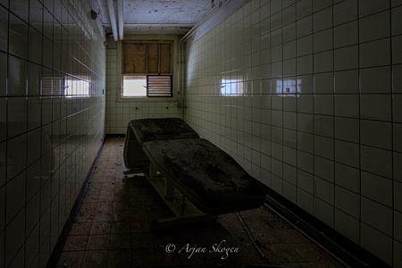 Verloren tijd - Urbex - foto door Bos-108872 op 05-05-2021 - deze foto bevat: gebouw, venster, vloeren, huis, verdieping, bank, tinten en schakeringen, symmetrie, hout, duisternis