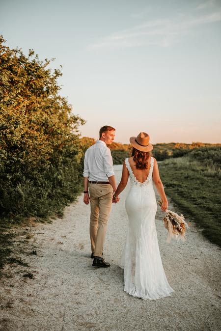 Pim en Mellissa - - - foto door Jiscafotografie op 02-07-2020 - deze foto bevat: man, vrouw, mensen, trouwen, licht, boeket, portret, duinen, liefde, daglicht, nikon, katwijk, emotie, bruid, bruiloft, verliefd, warmte, jurk, bruidegom, getrouwd, verloofd, gouden uur, trouwfotograaf, goud licht
