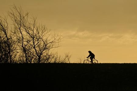 Eenzame fietser - Vlakbij Zierikzee heb ik deze fietser gefotografeerd. - foto door Martine van Doorn-Bos op 22-01-2012 - deze foto bevat: fietser