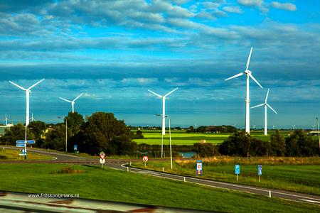 Onderweg van Callantsoog naar sneek - 20160826 3868 Onderweg van Callantsoog naar Sneek  Onderweg genomen vanuit een rijdende auto. - foto door fritskooijmans op 16-10-2016 - deze foto bevat: windmolens, zomer, friesland, afsluitdijk, rijden, 2016, rijdende auto