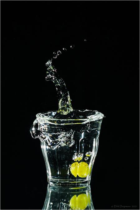Plons met druif - - - foto door duipmans op 05-03-2021 - deze foto bevat: water, reflectie, bewerking, plons, weerspiegeling, splash, druif, tilburen.nl