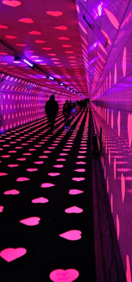 De Tunnel of Love - ROTTERDAM - De Maastunnel was in de aanloop naar Valentijnsdag omgetoverd tot een Tunnel of Love.  Met 35.000 fluorescerende hartvormige stickers v - foto door 1103 op 02-03-2019 - deze foto bevat: reisfotografie, voetgangerstunnel rotterdam valentijns dag