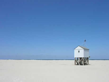 aan het strand stil en verlaten