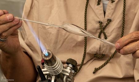 """De glasblazer - een vervolg op de serie """"Handen""""""""  - foto door Jimbob op 12-04-2021 - locatie: 5386 Geffen, Nederland - deze foto bevat: handen, nijverheid, glasblazen, gezamenlijk, huid, hand, schouder, nek, wimper, mouw, gebaar, vinger, brillen"""