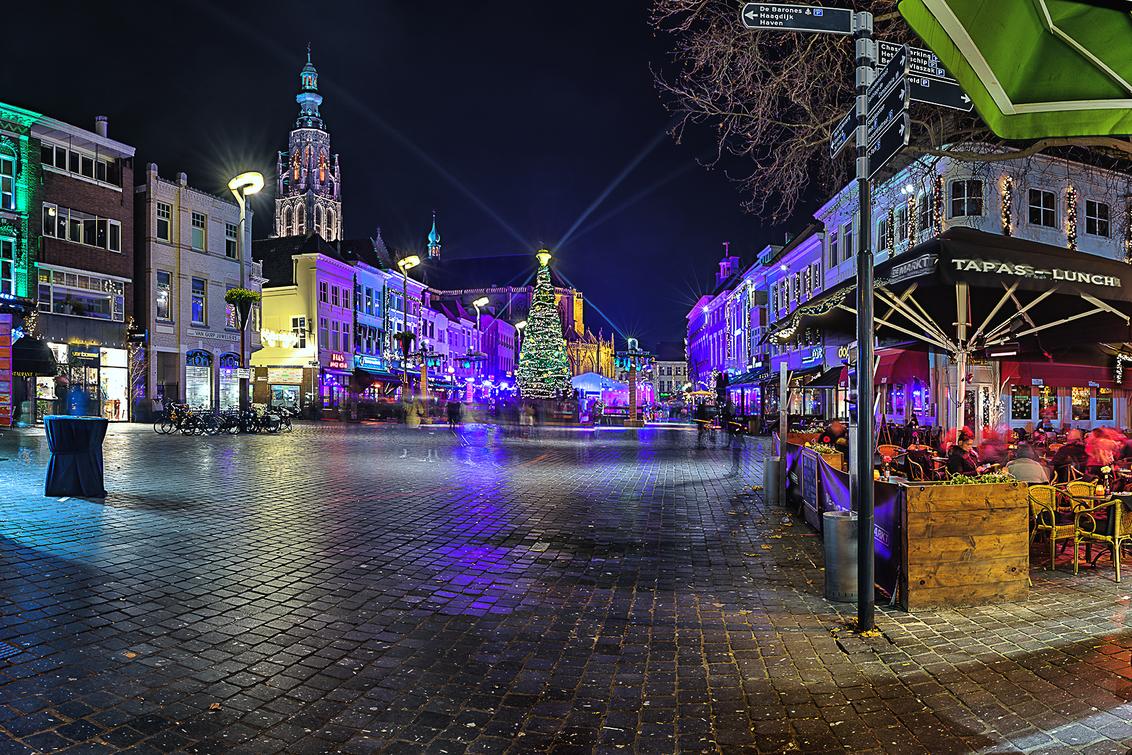 Kareltje - In de decembermaand wordt in Breda het sprookje van Kareltje verteld. - foto door daveenrenee op 05-11-2019 - deze foto bevat: oud, lucht, licht, avond, lijnen, architectuur, reflectie, kerk, gebouw, stad, breda, nacht, perspectief, hdr
