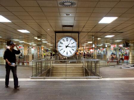 Het leven wordt beheerst door...tijd! - Deze foto is genomen op het station in Barcelona. Afgezien van een geringe correctie in helderheid en contrast heb ik geen aanpassingen gedaan. - foto door RoelofA op 01-09-2009 - deze foto bevat: station, tijd, klok