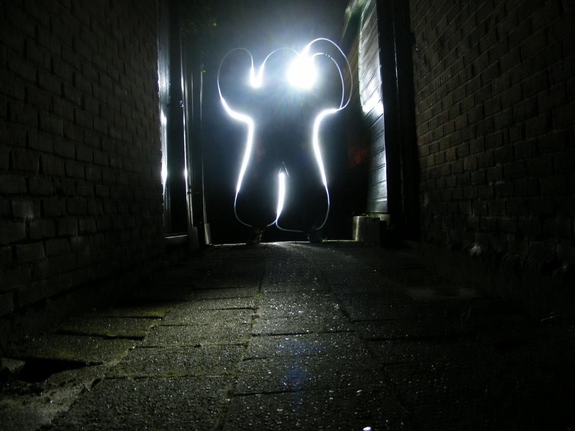 ARGGHHH! - Run, they're coming! - foto door RobinRobin op 10-10-2011 - deze foto bevat: steeg, licht, fel, monster