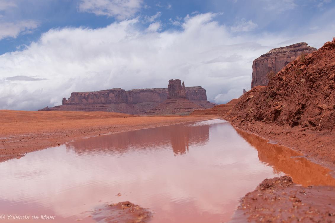 Weerspiegeling - Monument Valley - foto door yolandademaar op 08-12-2019 - deze foto bevat: lucht, wolken, rood, water, weerspiegeling, rotsformatie