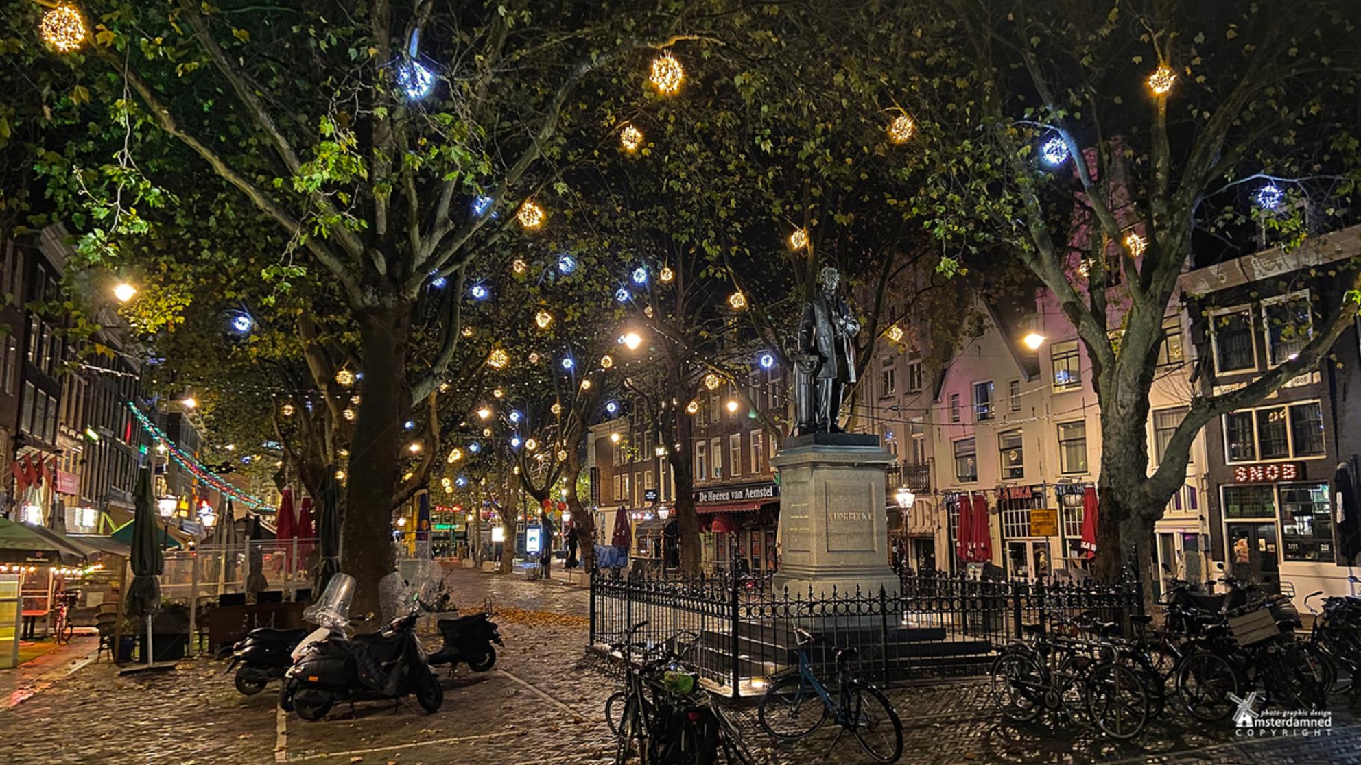 Amsterdam - Het Thorbeckeplein ligt in het centrum van Amsterdam, haaks op het Rembrandtplein en in het verlengde van de Reguliersgracht. Het Thorbeckeplein is o - foto door amsterdamned_zoom op 10-12-2020 - deze foto bevat: amsterdam, standbeeld, holland, nederland, plein, avondfotografie, amsterdamned, bars, Noord Holland, Amsterdam by night, thorbeckeplein, cafe's, ferdinand leenhoff - Deze foto mag gebruikt worden in een Zoom.nl publicatie