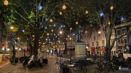 Amsterdam - Het Thorbeckeplein ligt in het centrum van Amsterdam, haaks op het Rembrandtplein en in het verlengde van de Reguliersgracht. Het Thorbeckeplein is o - foto door amsterdamned_zoom op 10-12-2020 - deze foto bevat: amsterdam, standbeeld, holland, nederland, plein, avondfotografie, amsterdamned, bars, Noord Holland, Amsterdam by night, thorbeckeplein, cafe's, ferdinand leenhoff