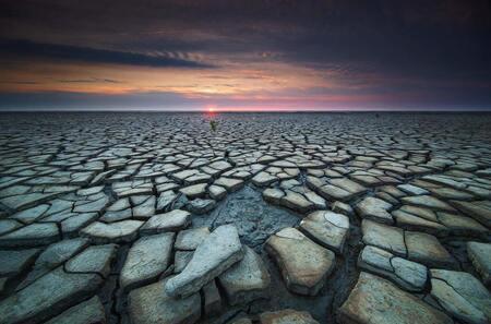 De droogte - Een opgedroogd wat in Friesland! Had er al verschillende foto's van gezien, tijd om zelf eens te gaan kijken.  Dit beeld is genomen bij zonsonderga - foto door sven483 op 26-07-2018 - deze foto bevat: strand, zee, water, panorama, natuur, avond, zonsondergang, vakantie, landschap, pier, wadden, polder, friesland, wad, lange sluitertijd
