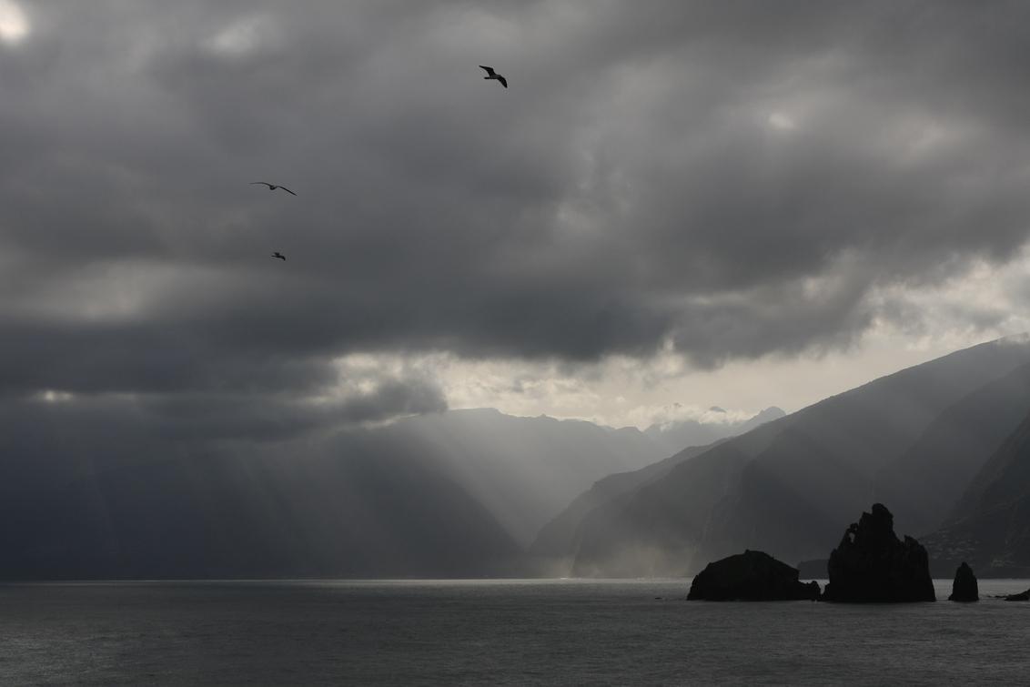 Ochtend - vanuit de hotelkamer op Madeira. Het werd een mooie, zonnige dag. - foto door petervanmeurs op 20-04-2011 - deze foto bevat: wolken, zee, ochtend, kust, rotsen, madeira, petervanmeurs