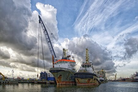 de Waalhaven - de Waalhaven - foto door Feline op 10-04-2021 - locatie: Rotterdam, Nederland - deze foto bevat: rotterdam, waalhaven, scheepvaart, vervoer, wolk, water, lucht, naval architectuur, boot, voertuig, waterscooters, waterweg, schip, kraan