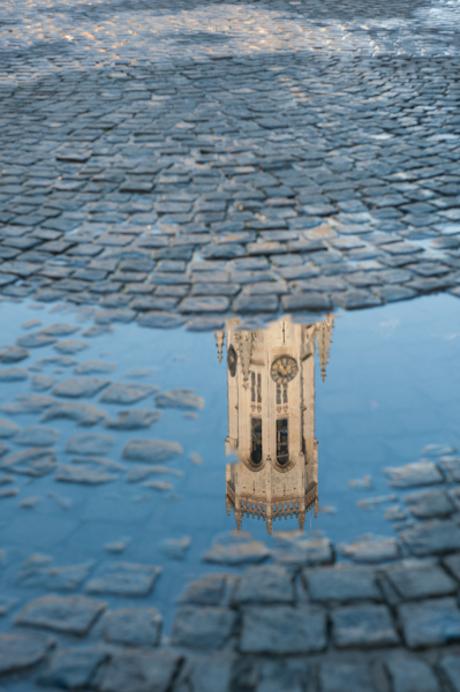Reflectie van Belforttoren in Brugge