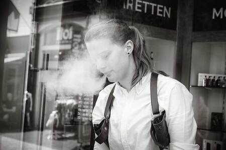 Rook van E-sigaret - Roken met een E-sigaret. - foto door arthurvanleeuwen op 03-11-2019 - deze foto bevat: vrouw, straat, water, blazen, portret, stad, meisje, arnhem, roken, straatfotografie, damp, dampen, holster, e-sigaret