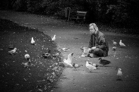 * No title * - Iedereen weer hartelijk dank voor de reacties met waarderingen op mijn vorige upload!  Fijne zondag. - foto door AriEos op 08-11-2020 - deze foto bevat: man, straat, vogels, licht, stad, voeren, zwartwit, straatfotografie, centrum