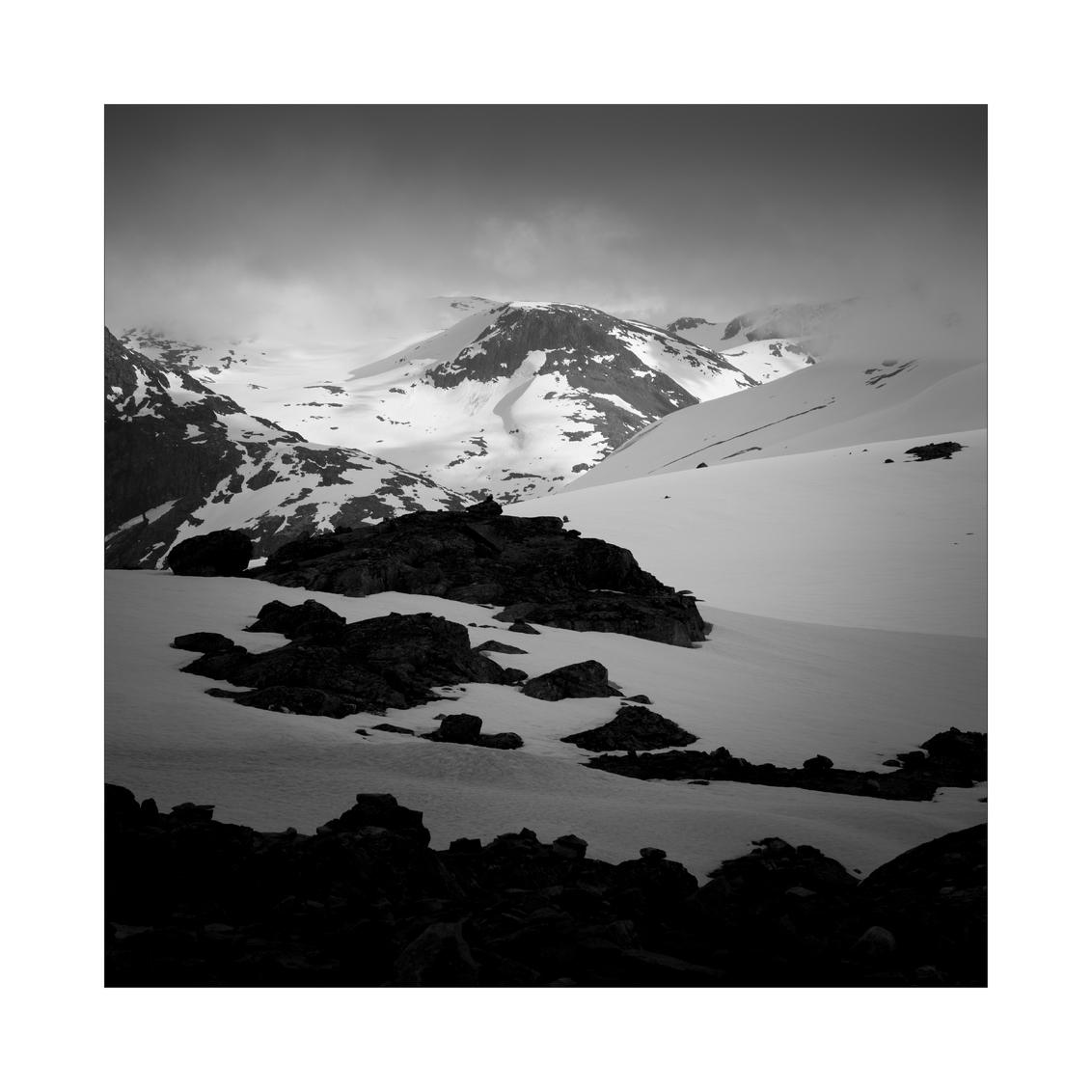 Northern Spirit. III - Uitzicht vanaf Dalsnibba viewpoint, Noorwegen. - foto door Joshua181 op 24-12-2017 - deze foto bevat: lucht, wolken, natuur, licht, sneeuw, avond, vakantie, landschap, bergen, noorwegen, zwartwit
