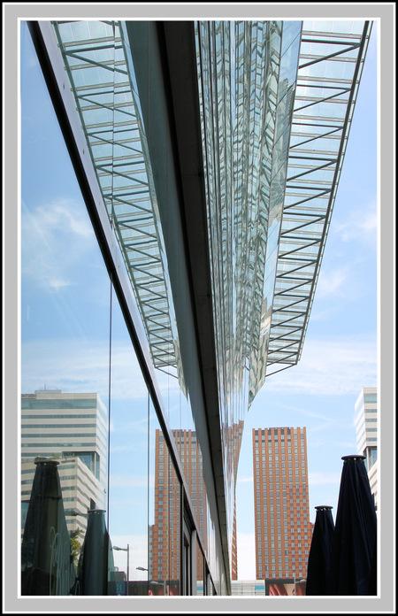 Spiegeling - Deze foto is genomen richting de Zuidas in Amsterdam  ..wat mij erg op valt is dat er steeds meer glas wordt verwerkt in de architectuur .dus ook in  - foto door jelle13 op 23-12-2019 - deze foto bevat: amsterdam, glas, licht, hoog, lijnen, architectuur, gebouw