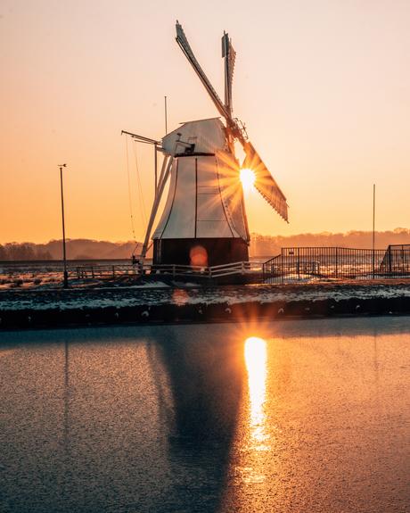 De witte molen vlakbij Glimmen met zonsopgang.