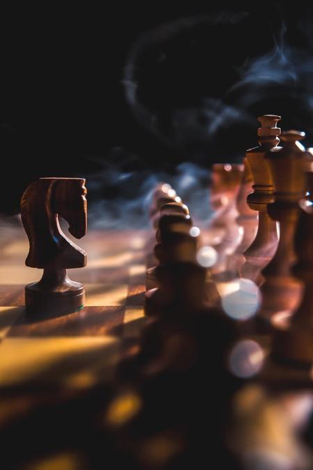 The Battle Begins... - Inspiratie uit de serie 'The Queen's Gambit' - foto door Awake78_zoom op 10-12-2020 - deze foto bevat: licht, paard, rook, smoke, strijd, schaak, schaken, chess, effecten, bokeh, low-key