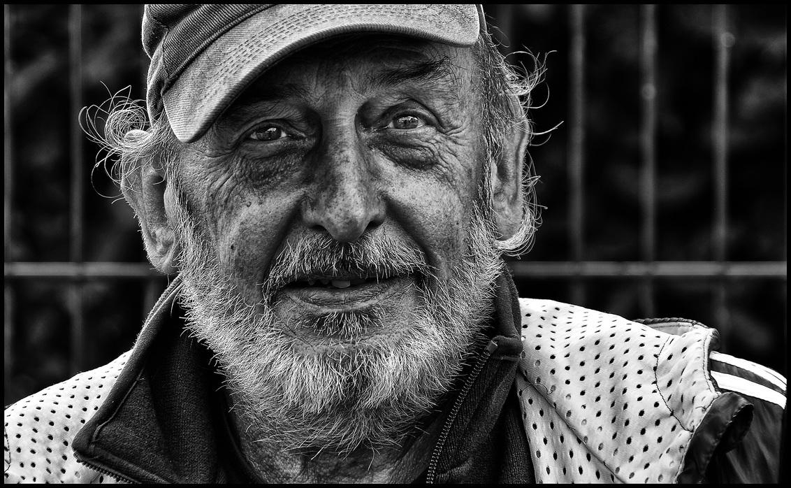 Kaaiken - - - foto door etiennec op 01-12-2015 - deze foto bevat: man, straat, portret, zwartwit, straatfotografie